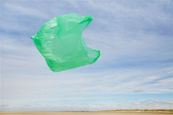 变废为宝 印尼用废弃塑料袋造砖头