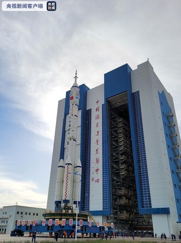 神舟十二号船箭组合体转运至发射区:神舟十二号将送3名航天员上太空