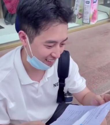 韩国丈夫打新冠疫苗 感谢中国老婆