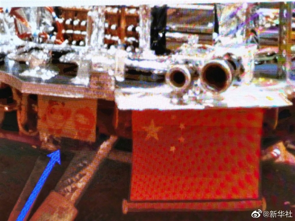 """祝融号火星车首批""""摄影作品""""公布:冰墩墩雪容融去了火星"""