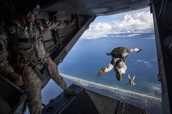 男子即将跳伞时被路人发现没系安全带 立即停下捡回一命