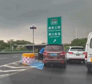 """大众""""大战""""五菱 面包车司机被按在车内暴打!官方通报"""