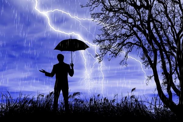 雷雨天气家中玩游戏:男子被击中、手柄烧毁