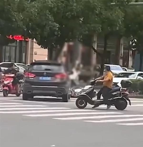 男子持棍打死电动车司机!警方通报:全力追捕中